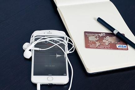 Banko kortele, telefonas, tusinukas, uzrasu knygute